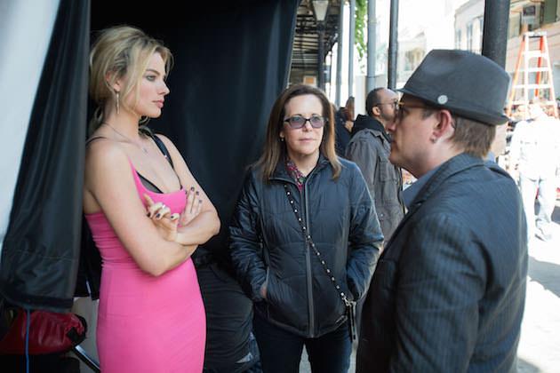 L-r: Margot Robbie, producer Denise Di Novi and con artist advisor Apollo Robbins on set. Courtesy Warner Bros. Pictures.