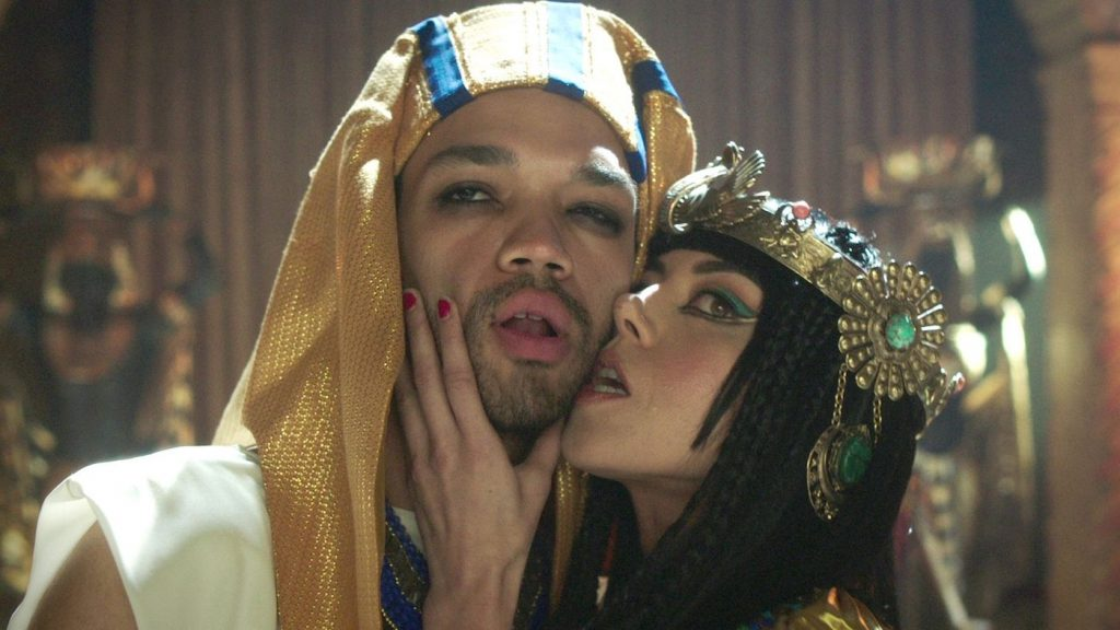 L-R: Justice Smith as Ptolemy and Aubrey Plaza as Cleopatra in