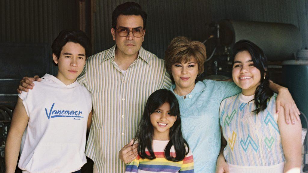 SELENA THE SERIES (L to R) JUAN MARTINEZ as YOUNG A.B QUINTANILLA and RICARDO CHAVIRA as ABRAHAM QUINTANILLA and MADISON TAYLOR BAEZ as YOUNG SELENA QUINTANILLA and SEIDY LOPEZ as MARCELLA QUINTANILLA and DANIELA ESTRADA as YOUNG SUZETTE QUINTANILLA in SELENA THE SERIES Cr. Sara Khalid/NETFLIX © 2020