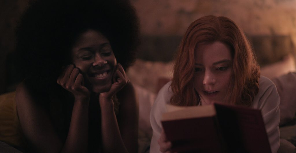 THE QUEEN'S GAMBIT (L to R) MOSES INGRAM as JOLENE and ANYA TAYLOR-JOY as BETH HARMON in episode 107 of THE QUEEN'S GAMBIT Cr. COURTESY OF NETFLIX © 2020