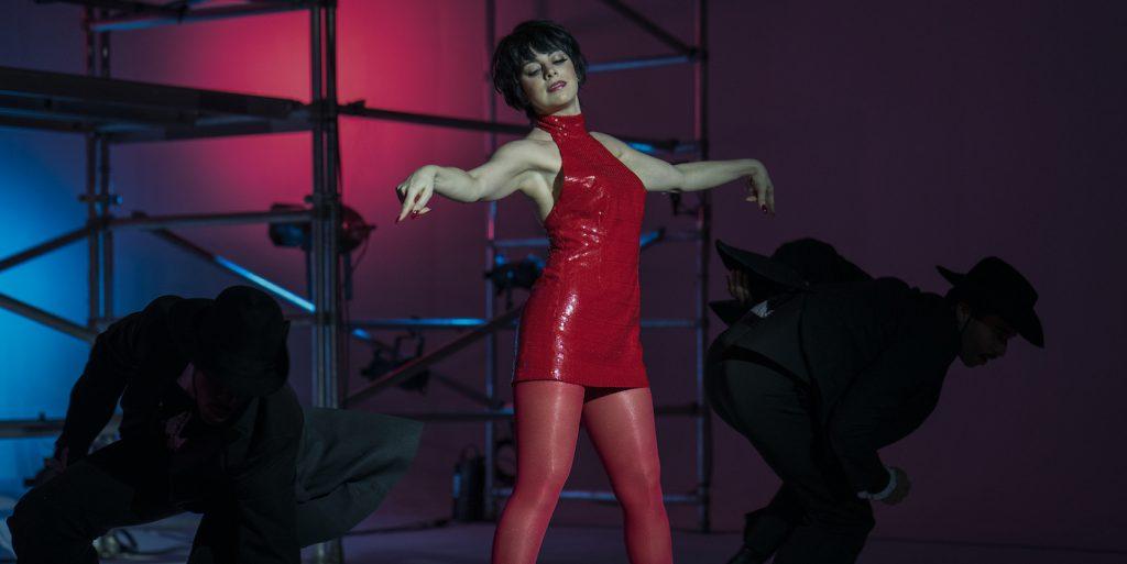 HALSTON (L to R) KRYSTA RODRIGUEZ as LIZA MINNELLI in episode 102 of HALSTON Cr. ATSUSHI NISHIJIMA/NETFLIX © 2021