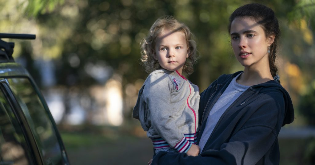 MAID (L to R) RYLEA NEVAEH WHITTET as MADDY and MARGARET QUALLEY as ALEX in episode 101 of MAID Cr. RICARDO HUBBS/NETFLIX © 2021